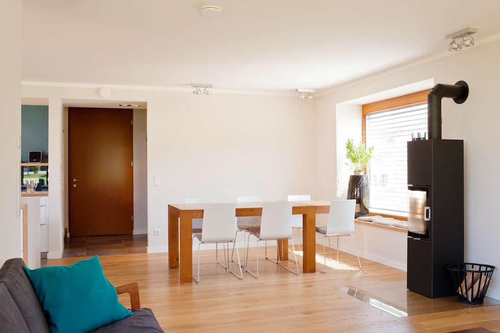 Essplatz mit Sitz-Fenster und Feuerstelle: moderne Esszimmer von in_design architektur