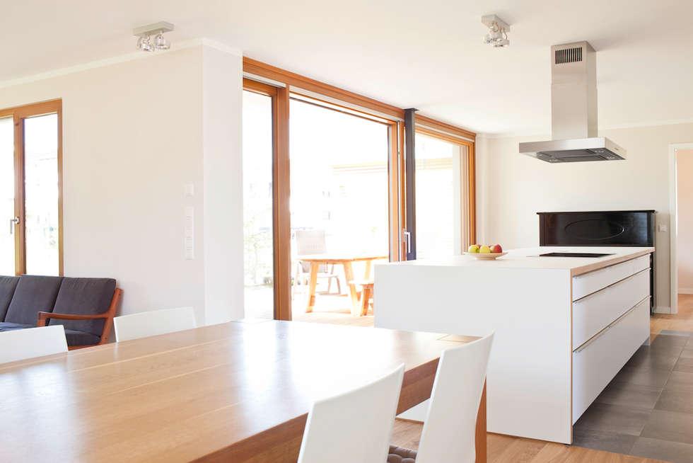 Essplatz mit Verbindung zur Küche: moderne Esszimmer von in_design architektur