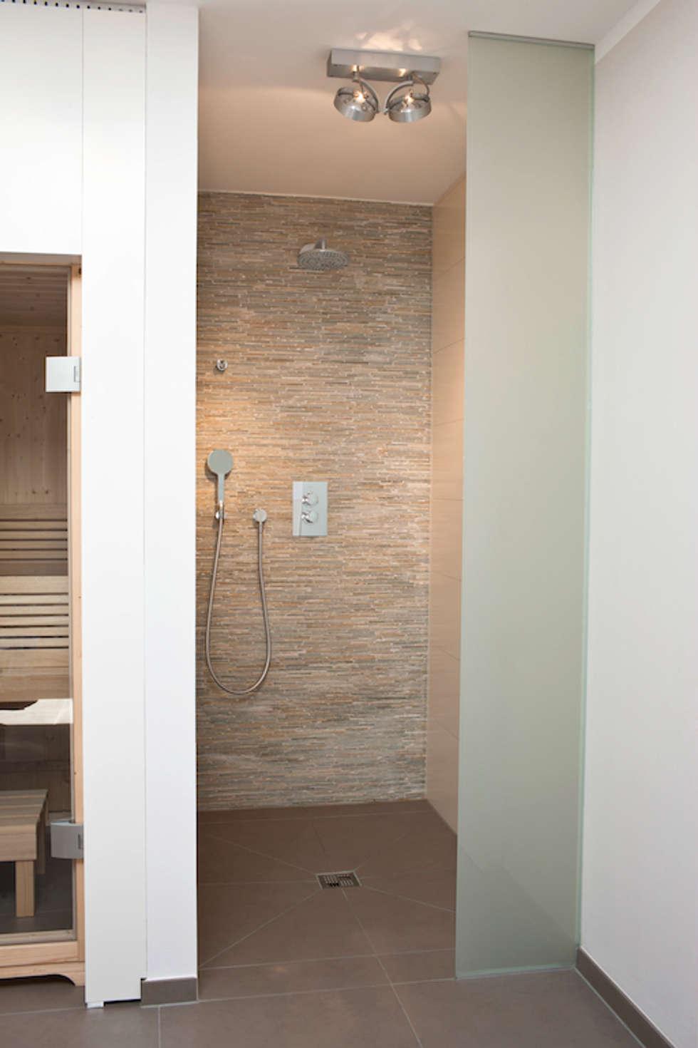 Dusche und Sauna im Familienbad : moderne Badezimmer von in_design architektur