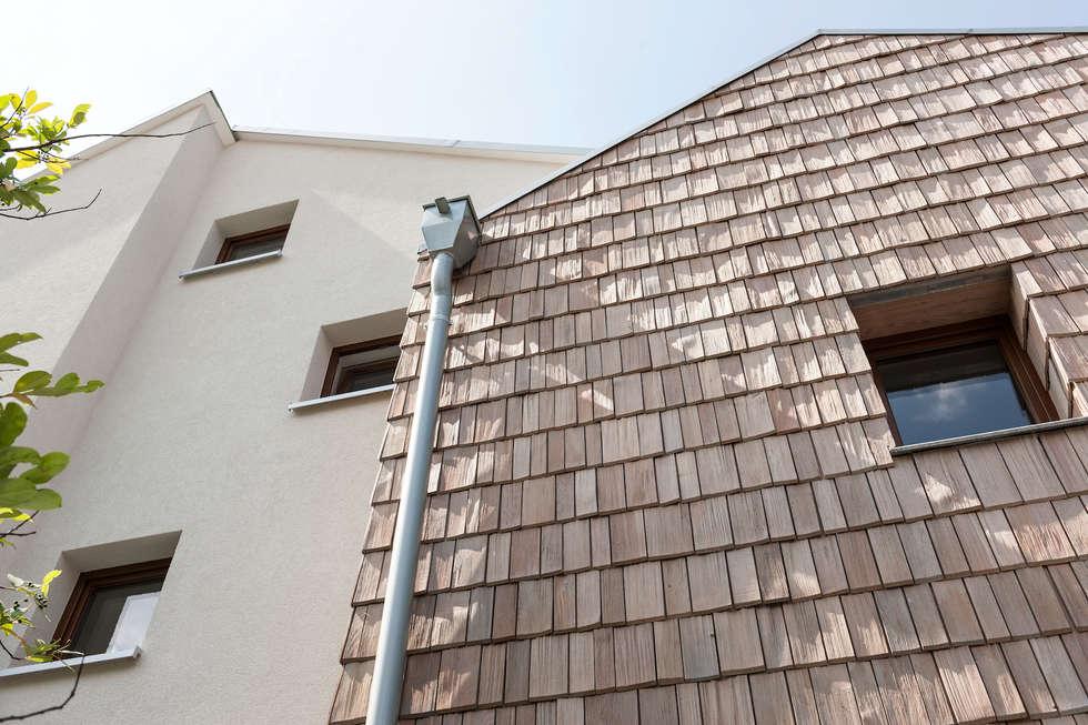 Fassadenmaterialien - Putz und gespaltene SChindeln : moderne Häuser von in_design architektur