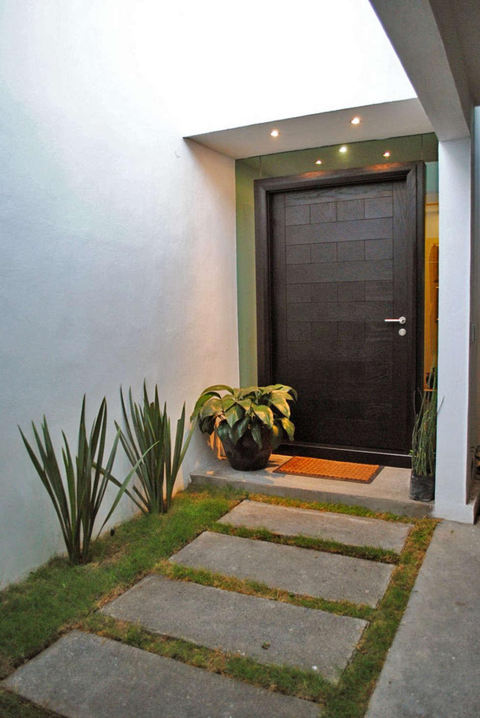 Casa Guadalquivir: Ventanas de estilo  por CORTéS Arquitectos