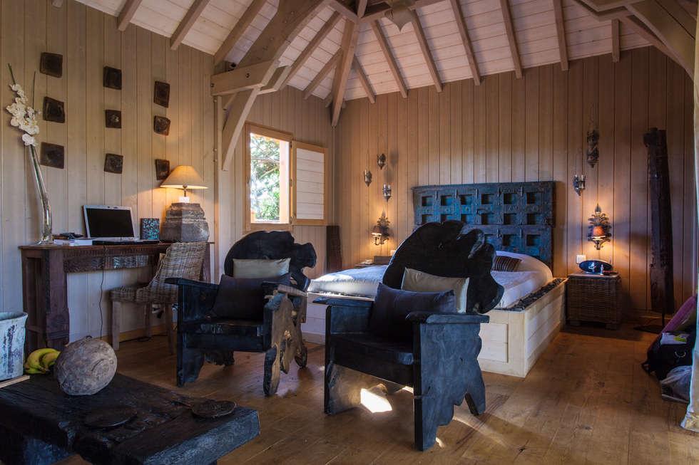 Chambre  dans une cabane sur pilotis: Hôtels de style  par Franck Fouquet