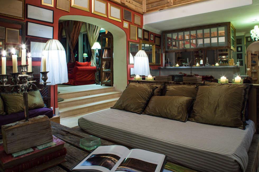 Salon dans la Bergerie: Hôtels de style  par Franck Fouquet