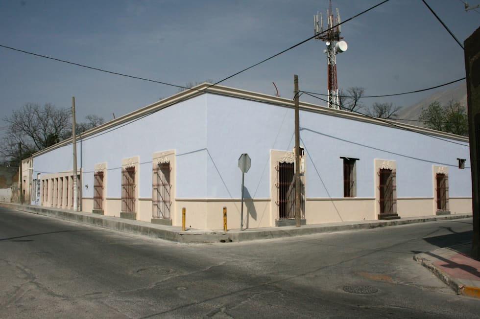 FACHADA: Casas de estilo colonial por CORTéS Arquitectos