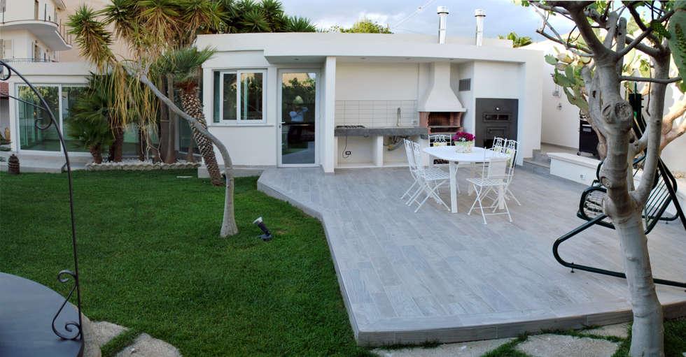 veduta della dependance: Giardino d'inverno in stile in stile Moderno di 'ArchIM&DE Project' - Arch. Vincenzo Di Natale -