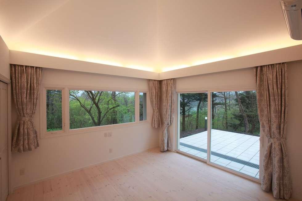 寝室: PAPA COMPANY ARCHITECTURAL WORKS. /パパカンパニー1級建築士事務所が手掛けた寝室です。