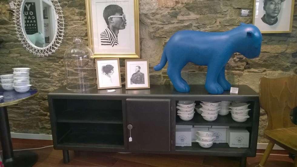 Enfilade rétro en bois esprit industriel et scandinave: Locaux commerciaux & Magasins de style  par Hewel mobilier