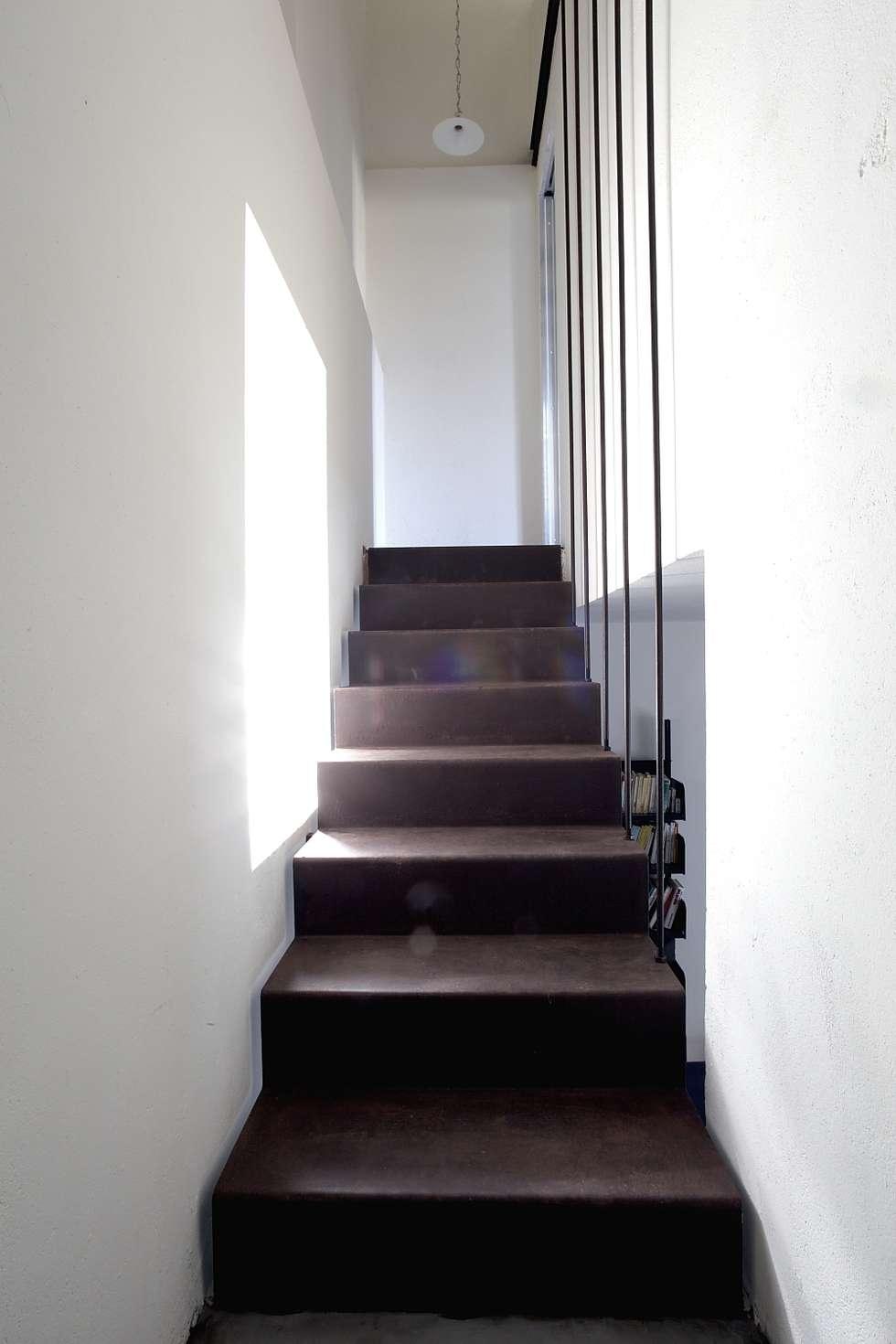 SCALE INTERNE: Case in stile in stile Rustico di Cristina Meschi Architetto