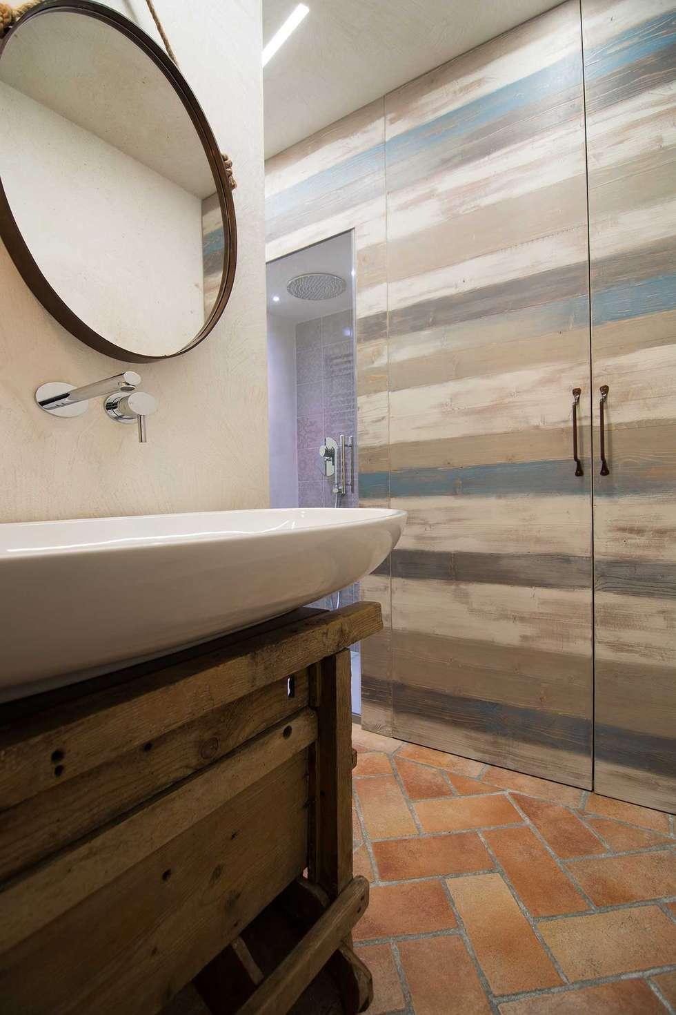 bagno industriale e vintage: Bagno in stile in stile Industriale di Rachele Biancalani Studio