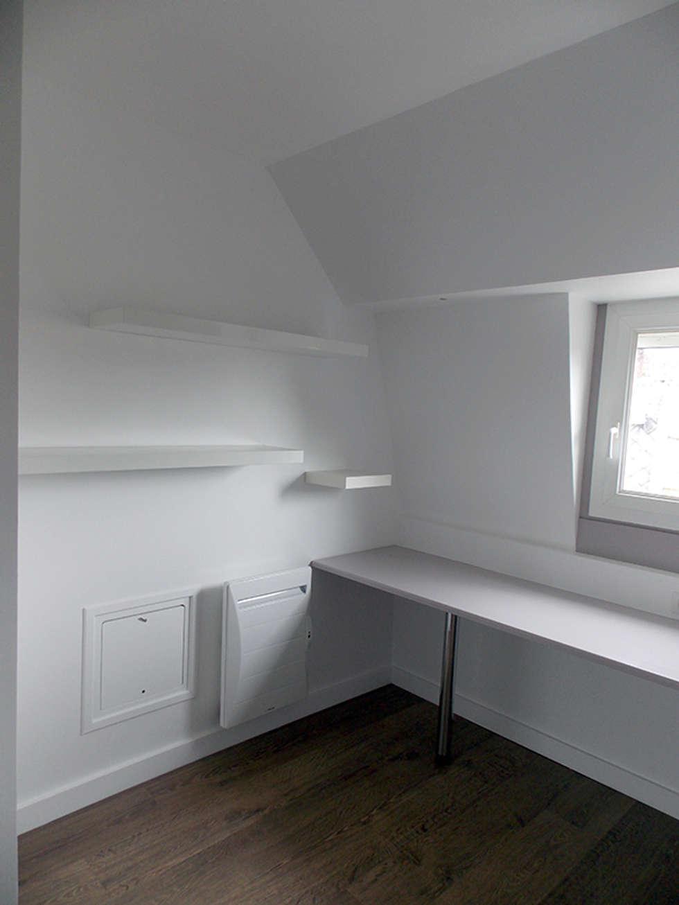 chambre 25 m2 avec bureau: Chambre de style de style Moderne par For Intérieur