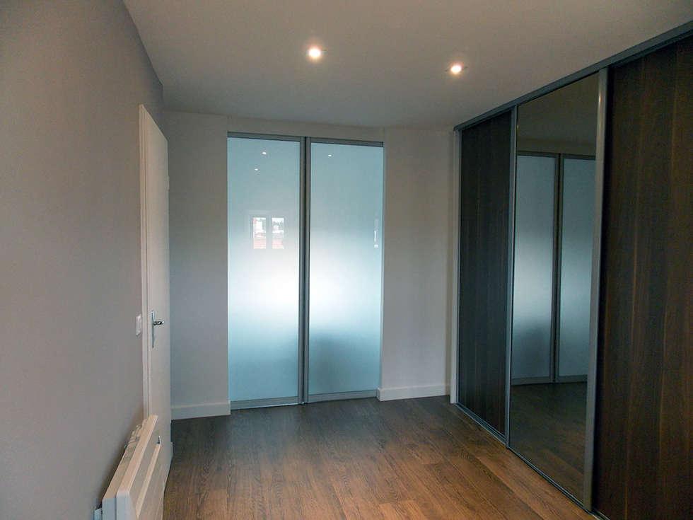 chambre de 25 m2: Chambre de style de style Moderne par For Intérieur