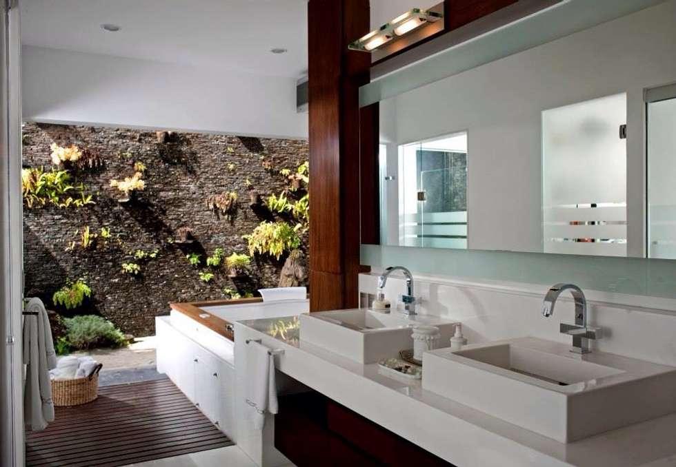 baño principal: Baños de estilo  por Taller Luis Esquinca