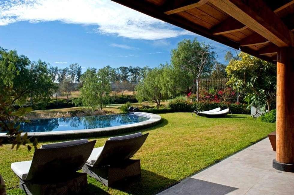 vistas desde la terraza: Terrazas de estilo  por Taller Luis Esquinca