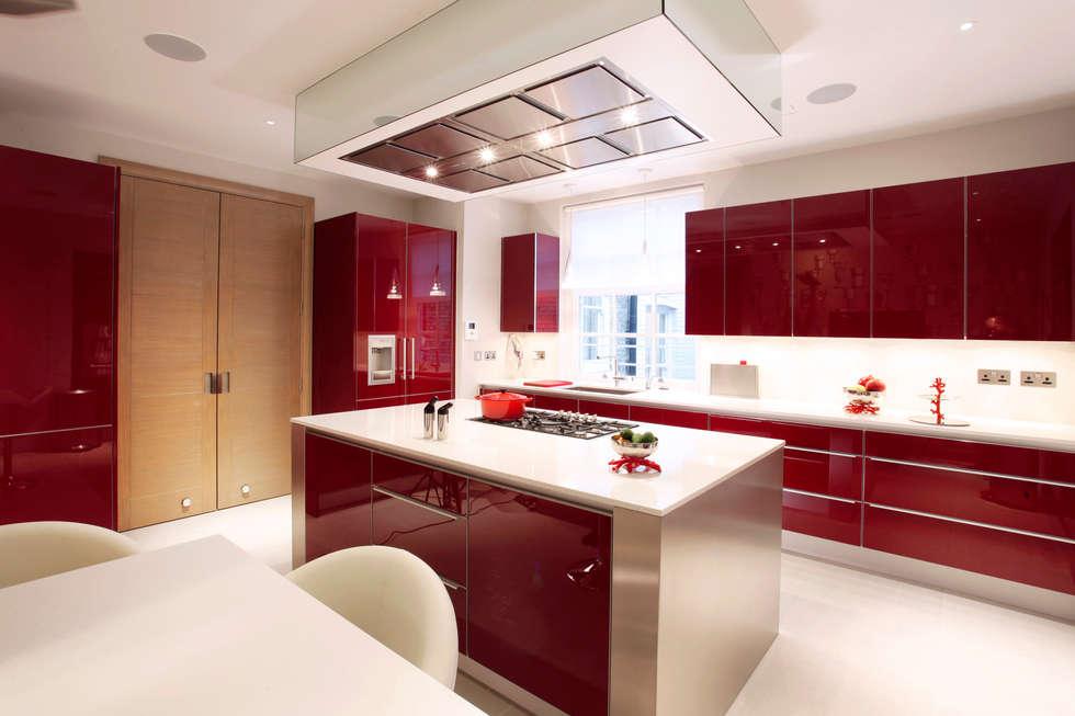 مطبخ ذو قطع مدمجة تنفيذ Roselind Wilson Design