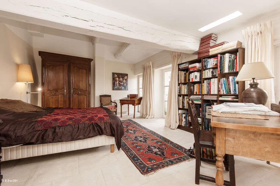 Une maison de village pas comme les autres: Chambre de style de style eclectique par Pixcity, Agence de photographie