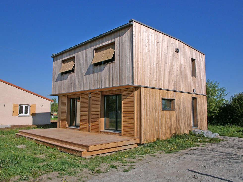 Vue du sud est: Maisons de style de style Moderne par ABA - Architecture Bioclimatique Auvergne