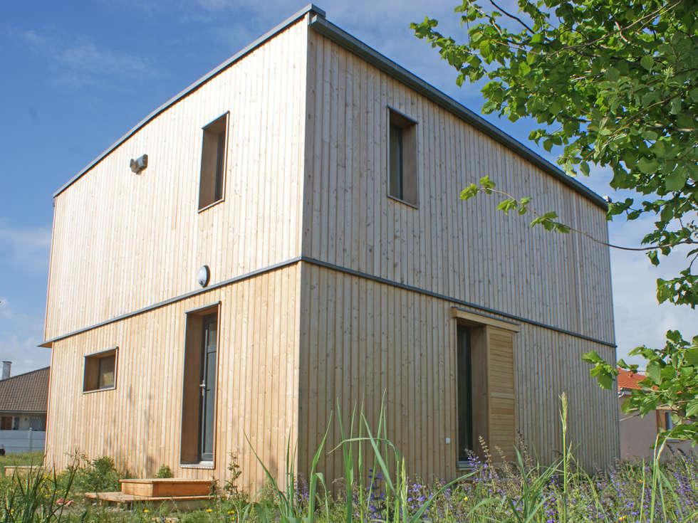 Vue du nord est: Maisons de style de style Moderne par ABA - Architecture Bioclimatique Auvergne