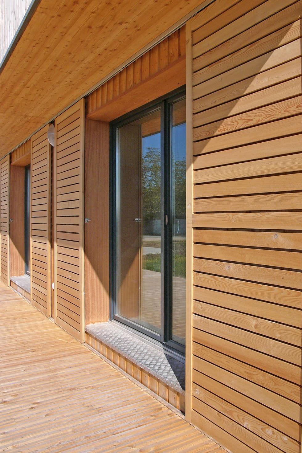 Vue de détail de la façade sud: Maisons de style de style Moderne par ABA - Architecture Bioclimatique Auvergne