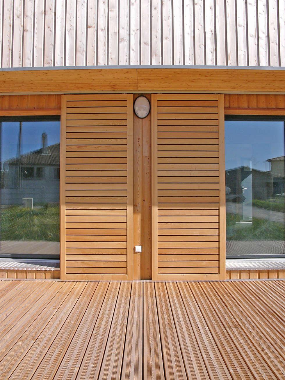 Volets coulissants en façade sud (détail): Maisons de style de style Moderne par ABA - Architecture Bioclimatique Auvergne