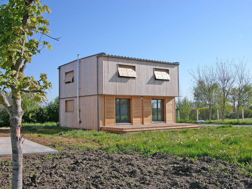 Vue générale du sud ouest.: Maisons de style de style Moderne par ABA - Architecture Bioclimatique Auvergne