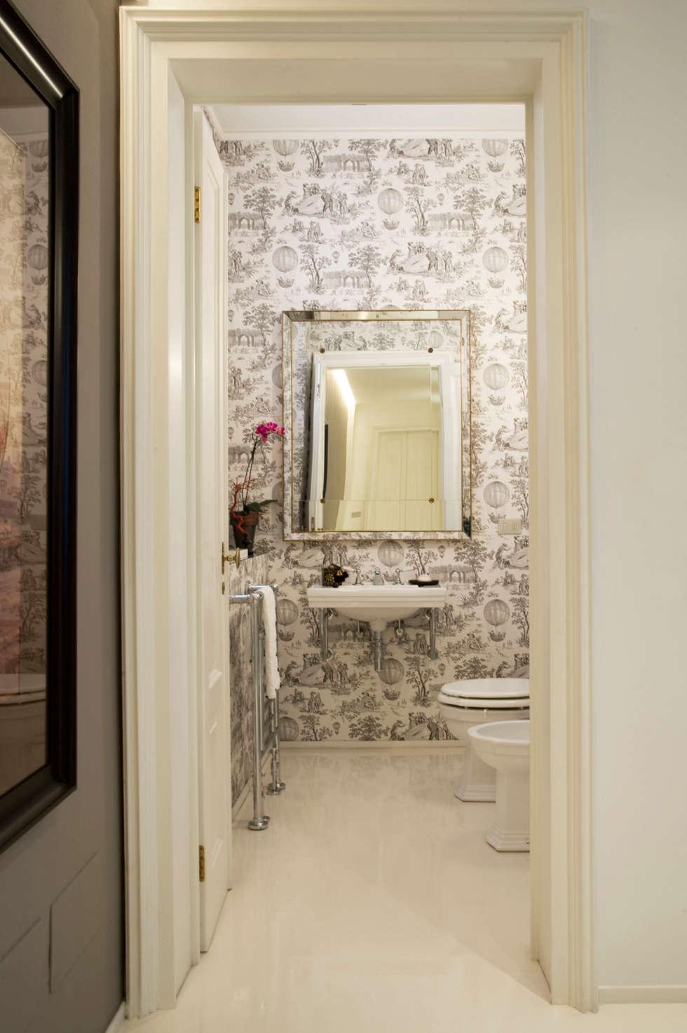 Appartamento via Goldoni: Bagno in stile  di Studio 02 Milano