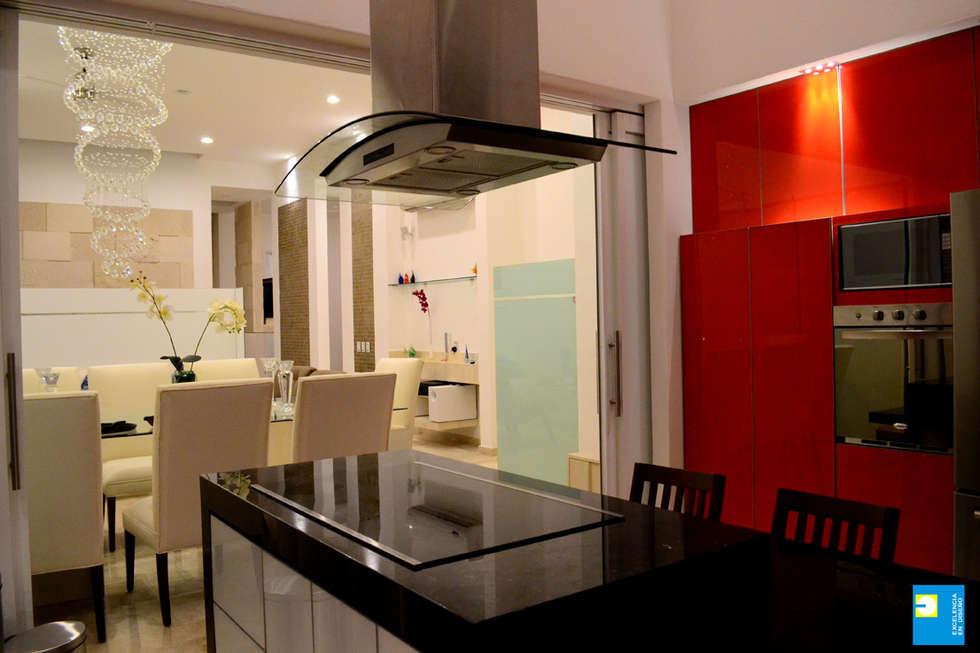 cocina comedor: Cocinas de estilo moderno por Excelencia en Diseño