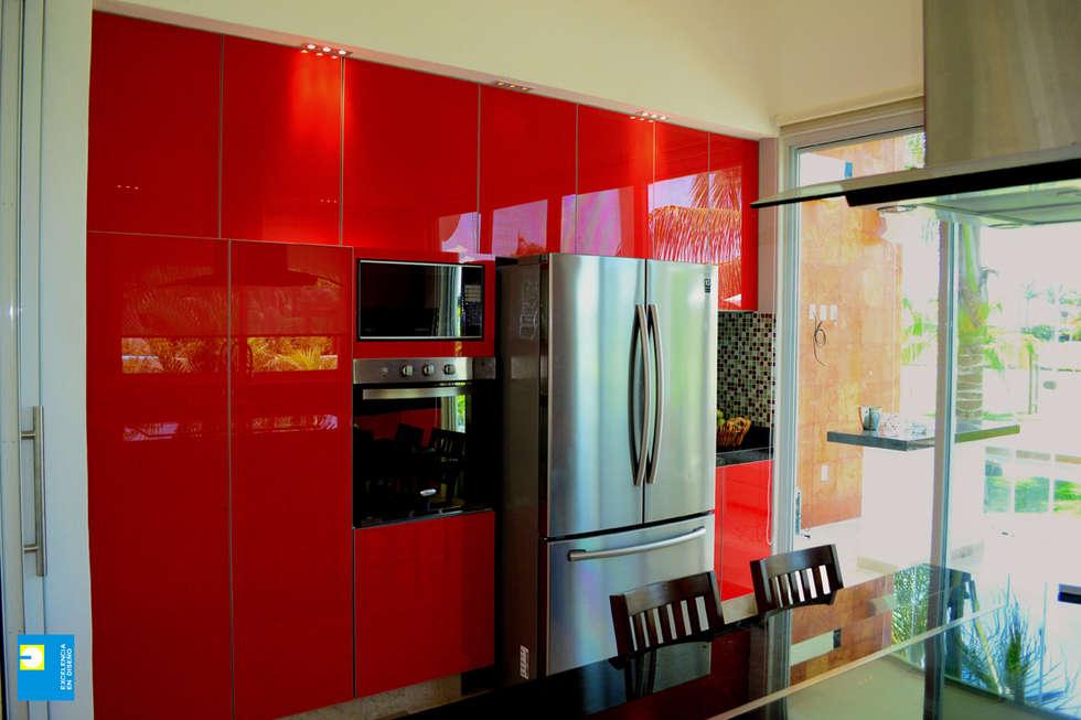 la cocina.: Cocinas de estilo moderno por Excelencia en Diseño
