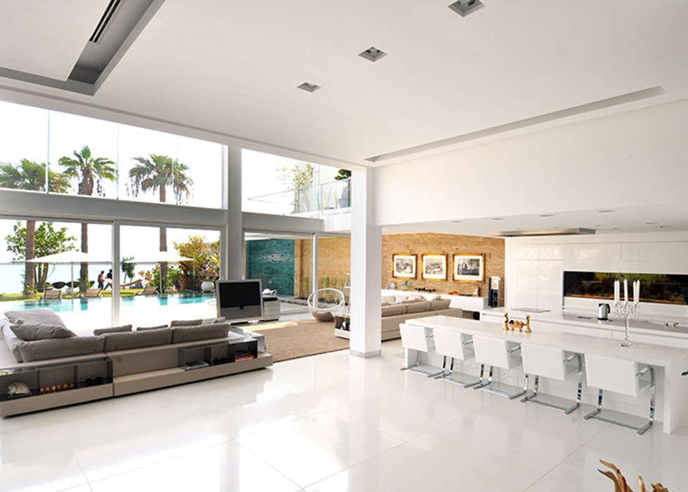 La casa si apre sul mare.: Soggiorno in stile in stile Moderno di Lo Studio Mammini Candido