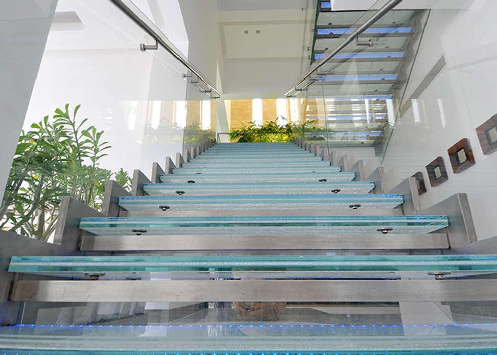 Scultura di vetro, acciaio e luce: Ingresso & Corridoio in stile  di Lo Studio Mammini Candido