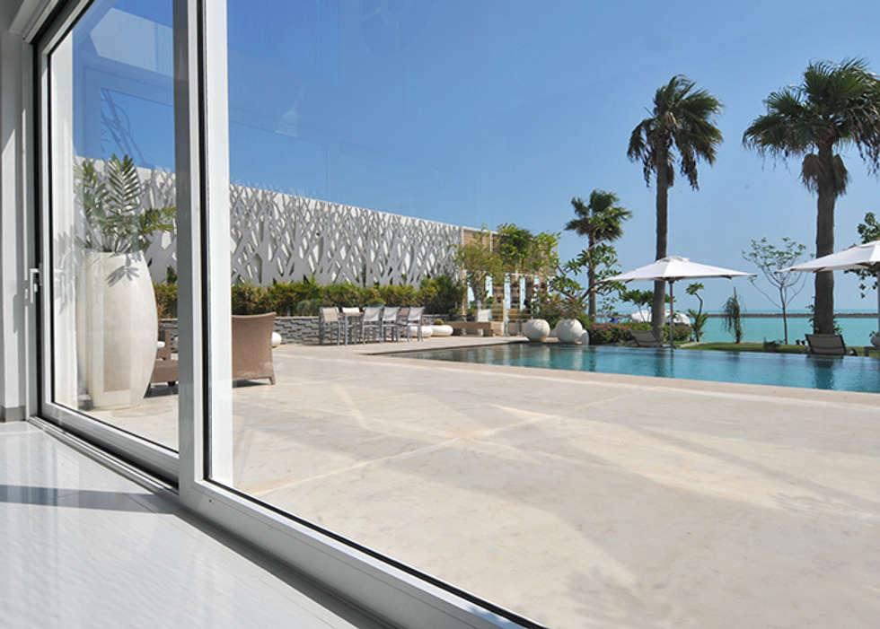 Un'architettura di cristallo, di acqua e di luce.: Piscina in stile in stile Moderno di Lo Studio Mammini Candido