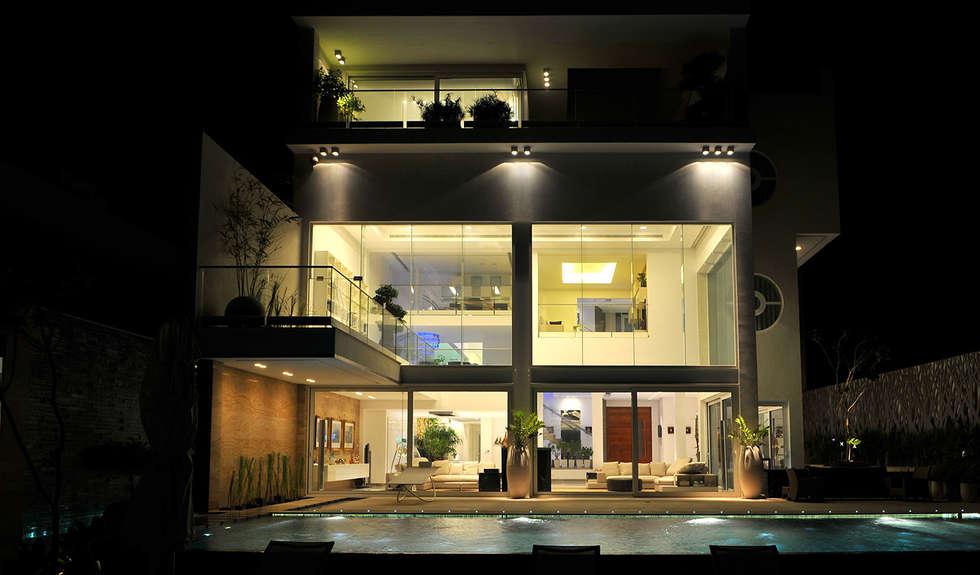 Una lanterna di luce: Case in stile in stile Moderno di Lo Studio Mammini Candido