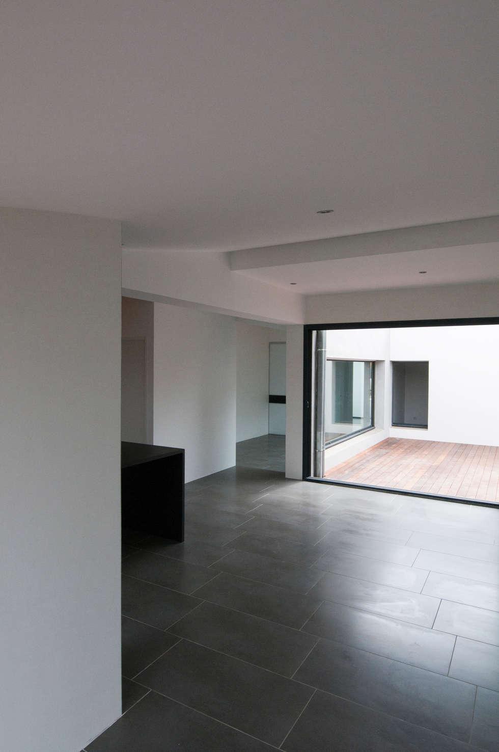 Vue intérieure depuis le salon: Maisons de style de style Minimaliste par Frédéric Saint-cricq Architecte