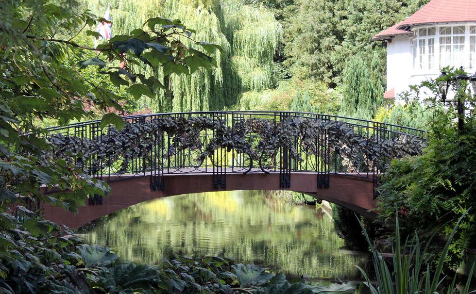 Garden Bridge : Giardino in stile in stile Classico di Villi Zanini - Wrought Iron Art