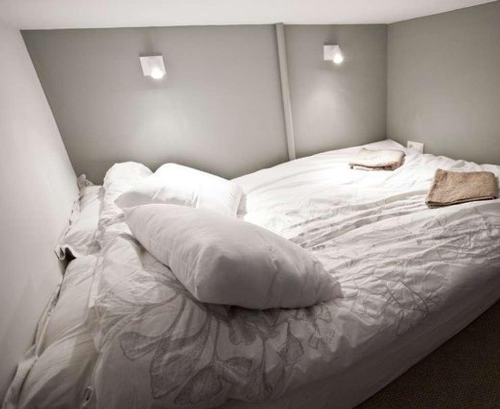 Lit suspendu: Chambre de style de style Moderne par 3B Architecture