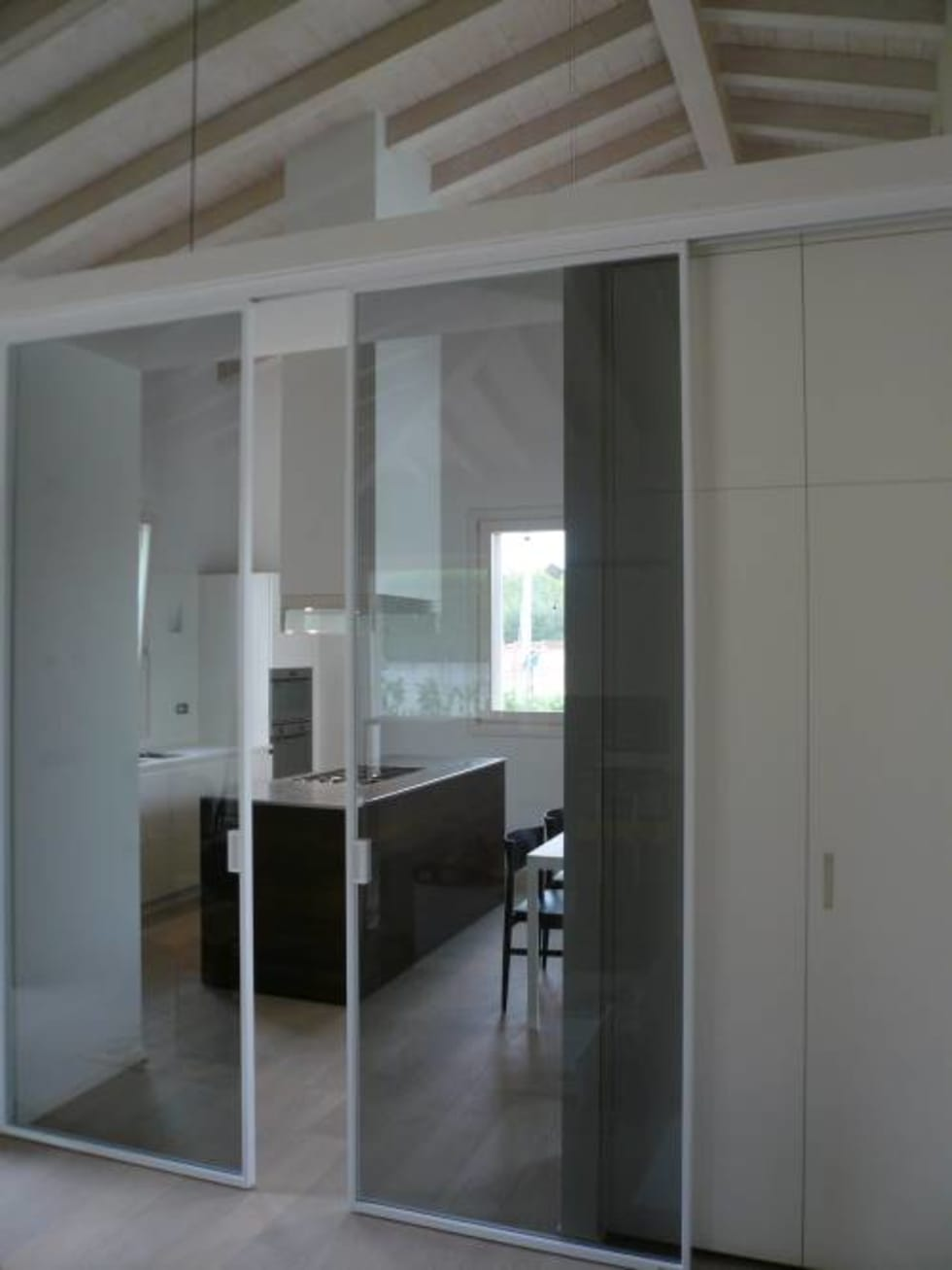 Modo pannelli scorrevoli: Cucina in stile in stile Moderno di MOVI ITALIA SRL