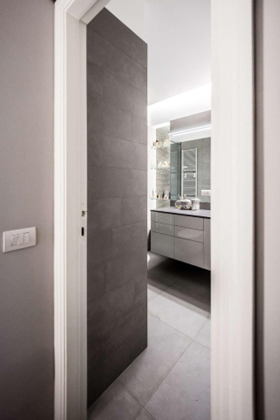 light grey : Bagno in stile in stile Minimalista di 23bassi studio di architettura