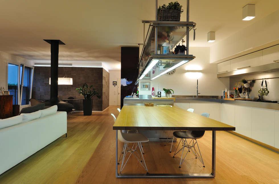 +studi: cucina e open space dell'attico L+S : Cucina in stile in stile Moderno di +studi
