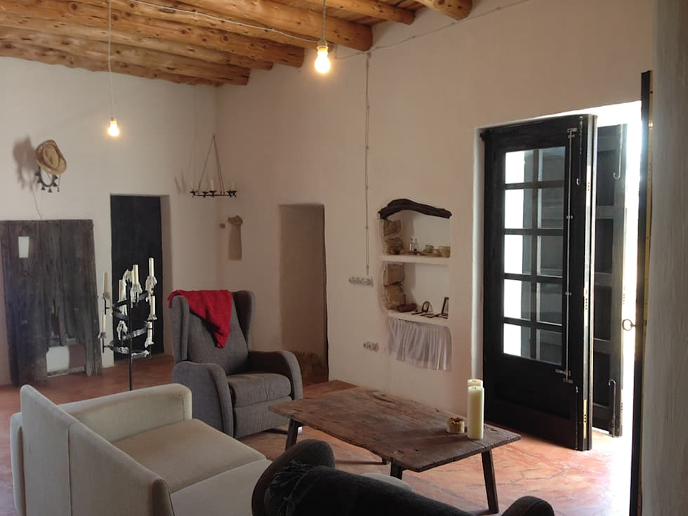 Reforma y ampliación de Casa Payesa en Ibiza: Salones de estilo rústico de Ivan Torres Architects