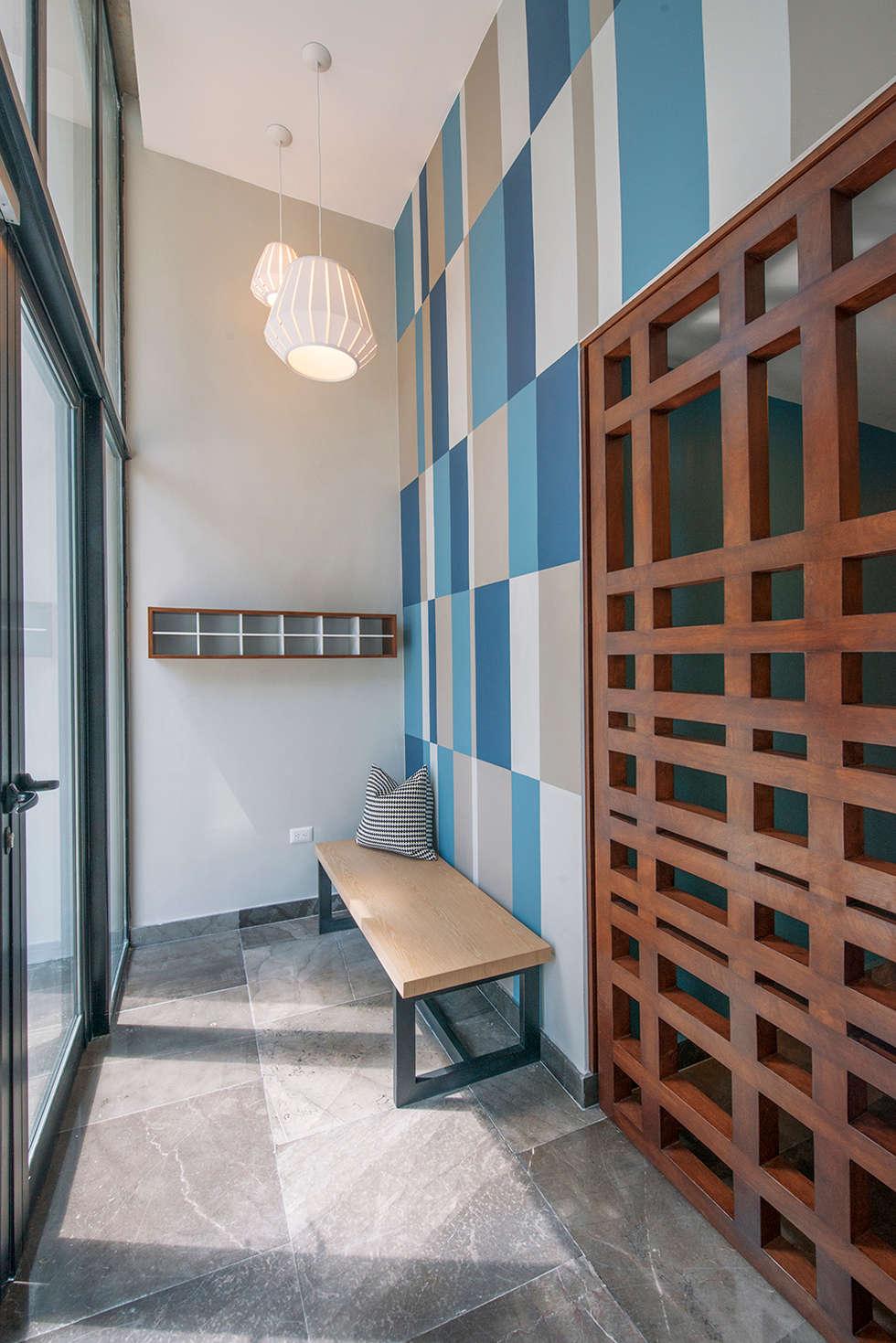 EMMA NORTE 2: Pasillos y recibidores de estilo  por ESTUDIO TANGUMA
