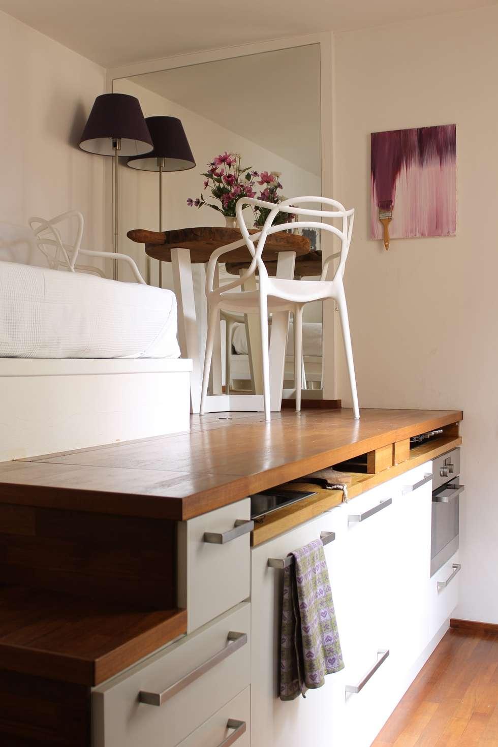 Cucina Mini Loft: Cucina in stile in stile Moderno di Arch. Silvana Citterio