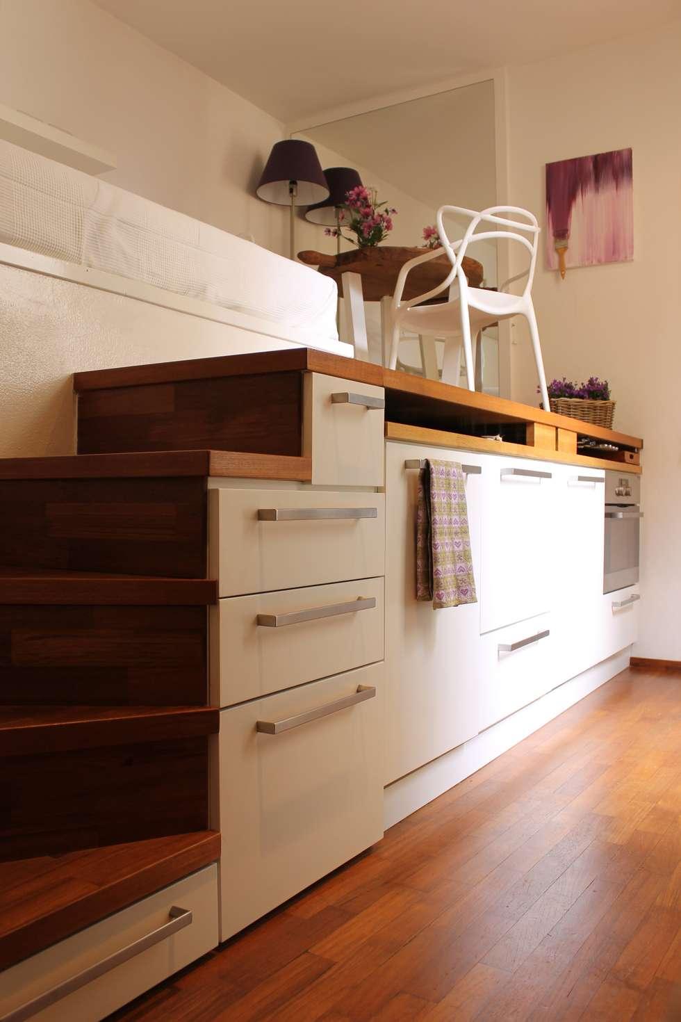 Scala attrezzata: Cucina in stile in stile Moderno di Arch. Silvana Citterio