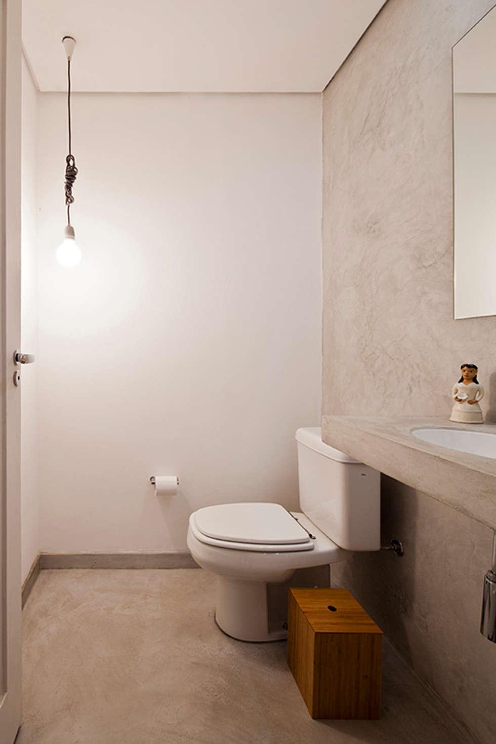 APARTAMENTO APINAGÉS: Banheiros ecléticos por Zoom Urbanismo Arquitetura e Design