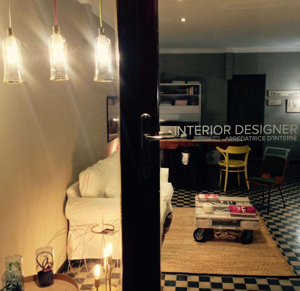 particolare dell'entrata: Studio in stile in stile Classico di CAMBIO STANZA