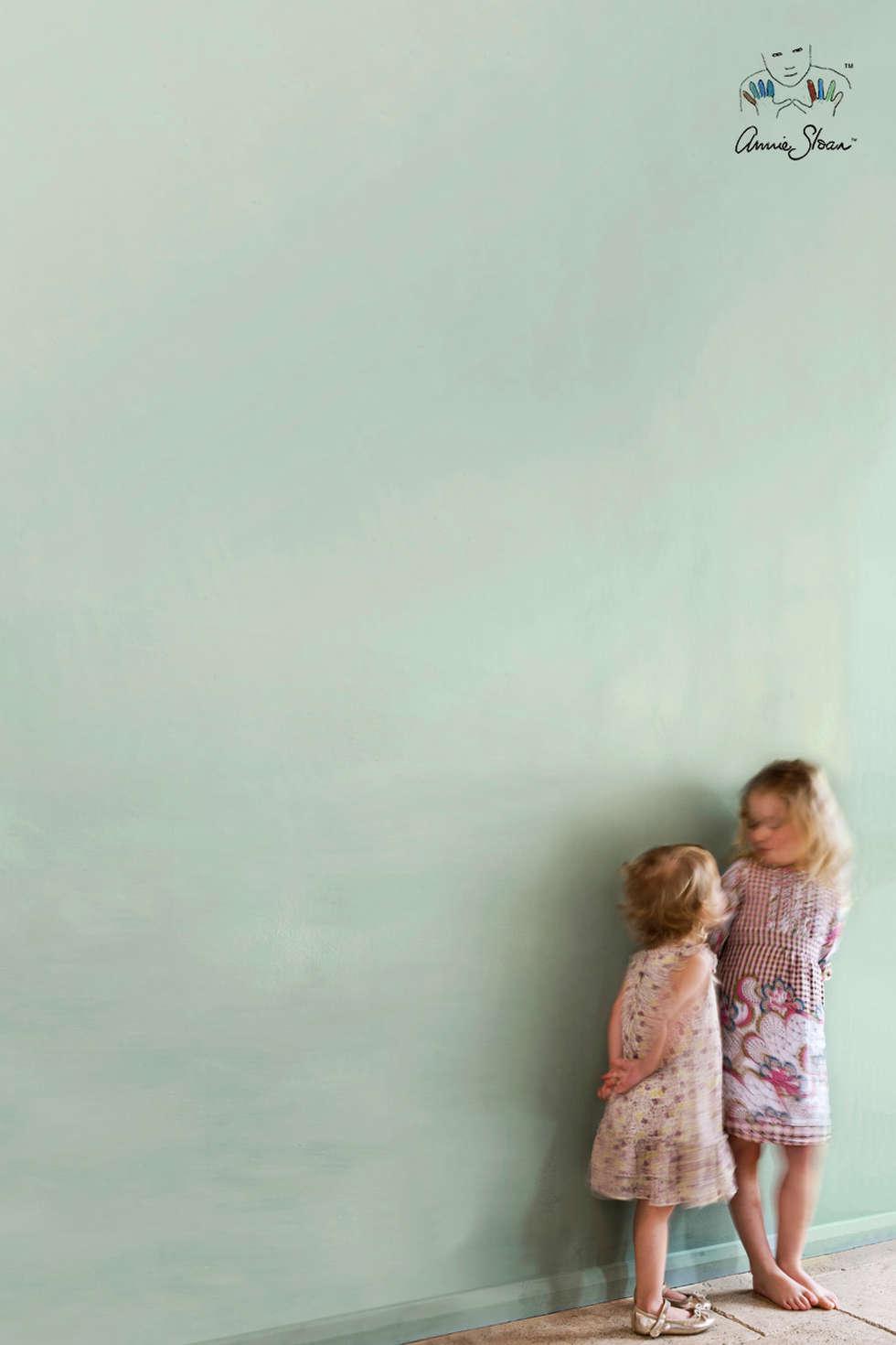 Wall Paint van Annie Sloan, kleur Duck Egg Blue: landelijke Badkamer door Bij Sigrid