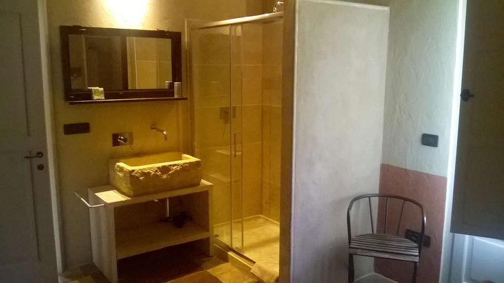 Bagno in camera: Bagno in stile in stile Mediterraneo di Laboratorio di Architettura e Comunicazione