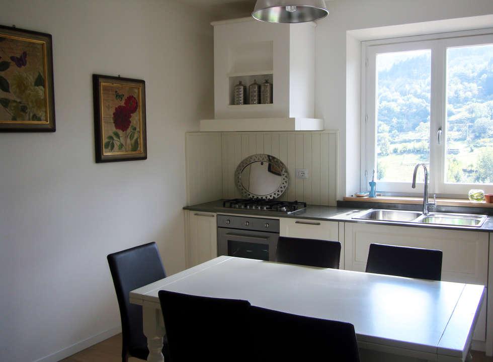 Cucina Camelia: Cucina in stile in stile Classico di Essenza Legno