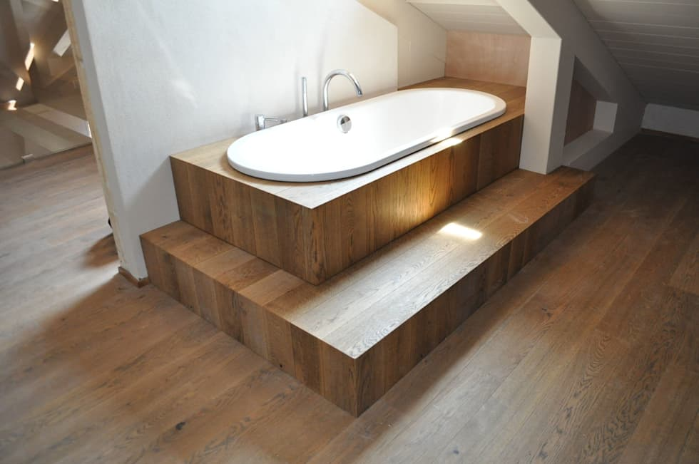 Rivestimento vasca in tavole di legno bagno in stile in stile