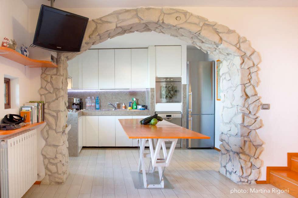 Soggiorno/cucina : Case in stile in stile Minimalista di Studio Miliani