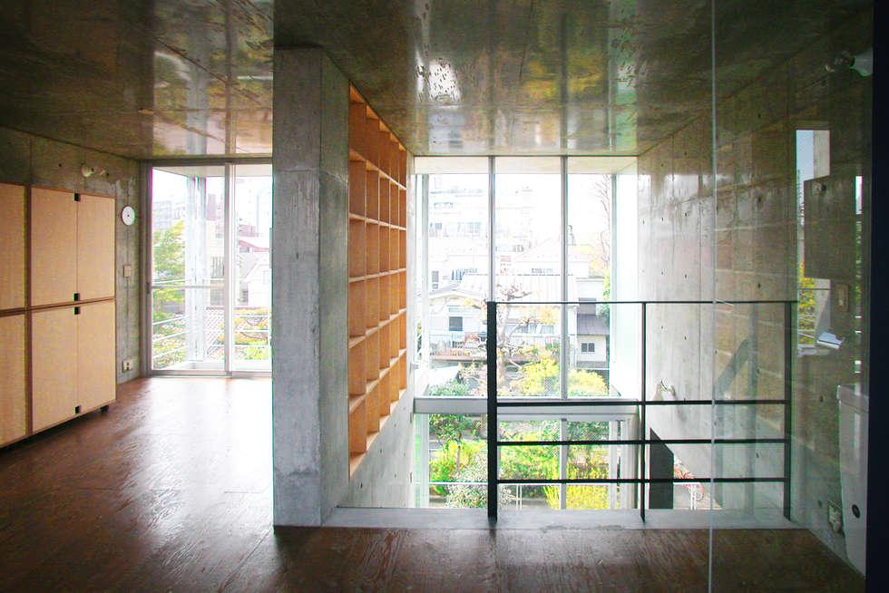 緑に囲まれたステージ: ユミラ建築設計室が手掛けた窓です。