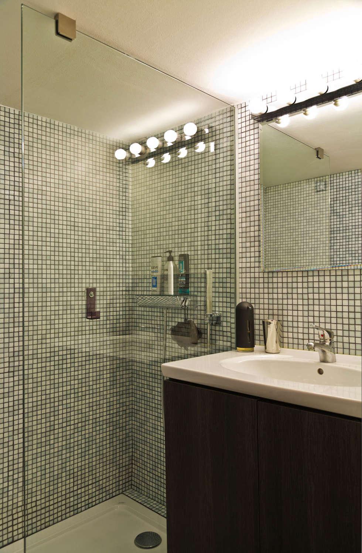 Rénovation d'un appartement de canut en duplex à Lyon Croix Rousse: Salle de bains de style  par Stellati Rénovation